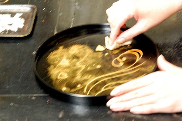 5.蒔絵を行います。塗料に金粉をのせていきます。