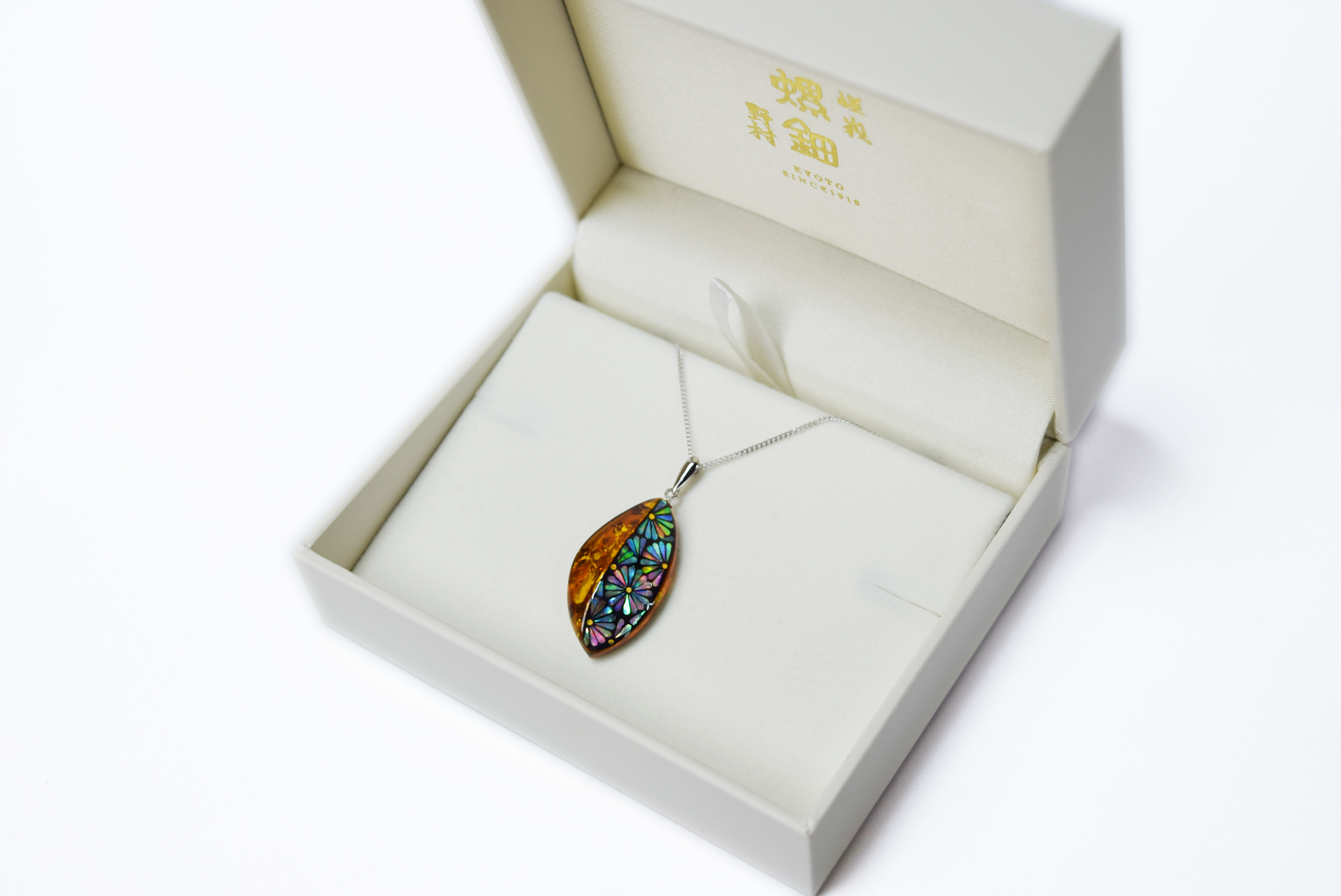 raden_necklace_mamori_amber13kiku
